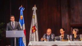 El alcalde David Collado cuando  hace su exposición en la conferencia junto a ejecutivos.