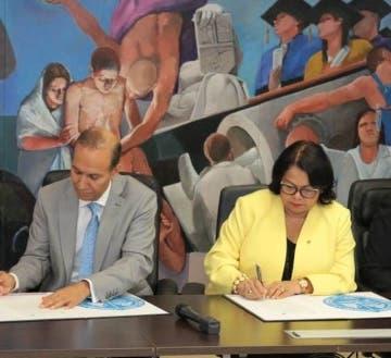 Winston Santos y Emma Polanco en firma.