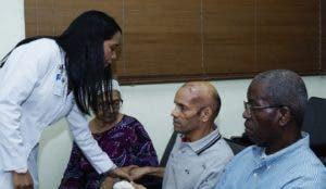 La experta en párkinson  Rosy Cruz Vicioso,  al evaluar los pacientes operados. Elieser Tapia