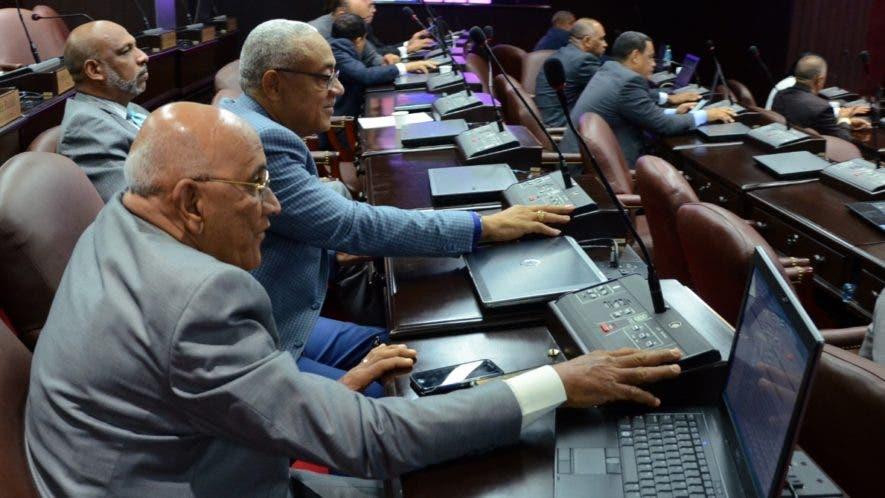 José Morel y Napoleón López, diputados del PRM, votan en  el día de ayer.   JOSÉ DE LEÓN