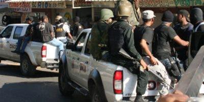 Agentes de la DNCD durante un operativo.