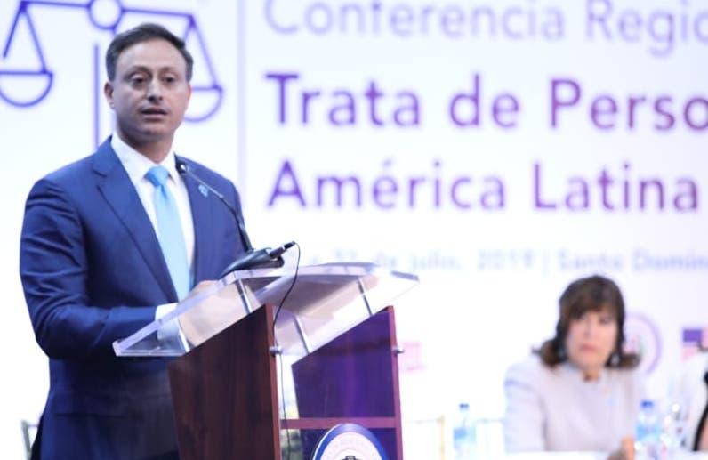 Jean Rodríguez mientras habla en conferencia.  fuente externa