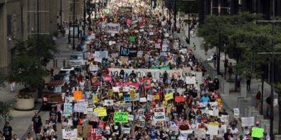 Miles de personas, incluidos los inmigrantes y sus partidarios, se manifiestan en contra de las políticas de inmigración del Presidente Trump mientras marchan desde Daley Plaza a la oficina de Chicago de Inmigración y Control de Aduanas,