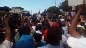Luis Abinader se dirige a la multitud que marchó hasta el Congreso Nacional para protestar contra una eventual reforma a la Constitución.