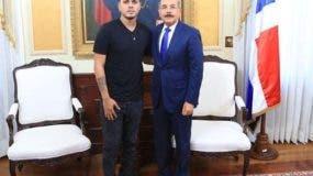 Alofoke durante reunión con Danilo Medina tras inscribir su candidatura como diputado.