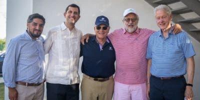 El exmandatario estadounidense llegó a Punta Cana para unas cortas vacaciones y fue recibido por Rolando González Bunster, CEO de InterEnergy y de Frank Rainieri, Presidente del Grupo Punta Cana.