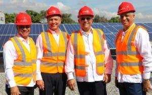 Ángel Canó con ejecutivos de Domicen en la primera fase de parque solar de la empresa.