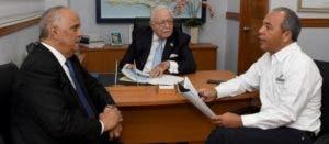 Ángel Canó, Antonio Isa Conde y Rubén  Bichara, funcionarios del área de electricidad.