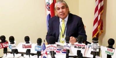 Cónsul Carlos Castillo.