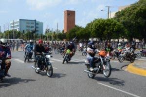 """Los motoconchistas aprovechan la ocasión para """"calibrar"""" sus motores (hacer piruetas)."""