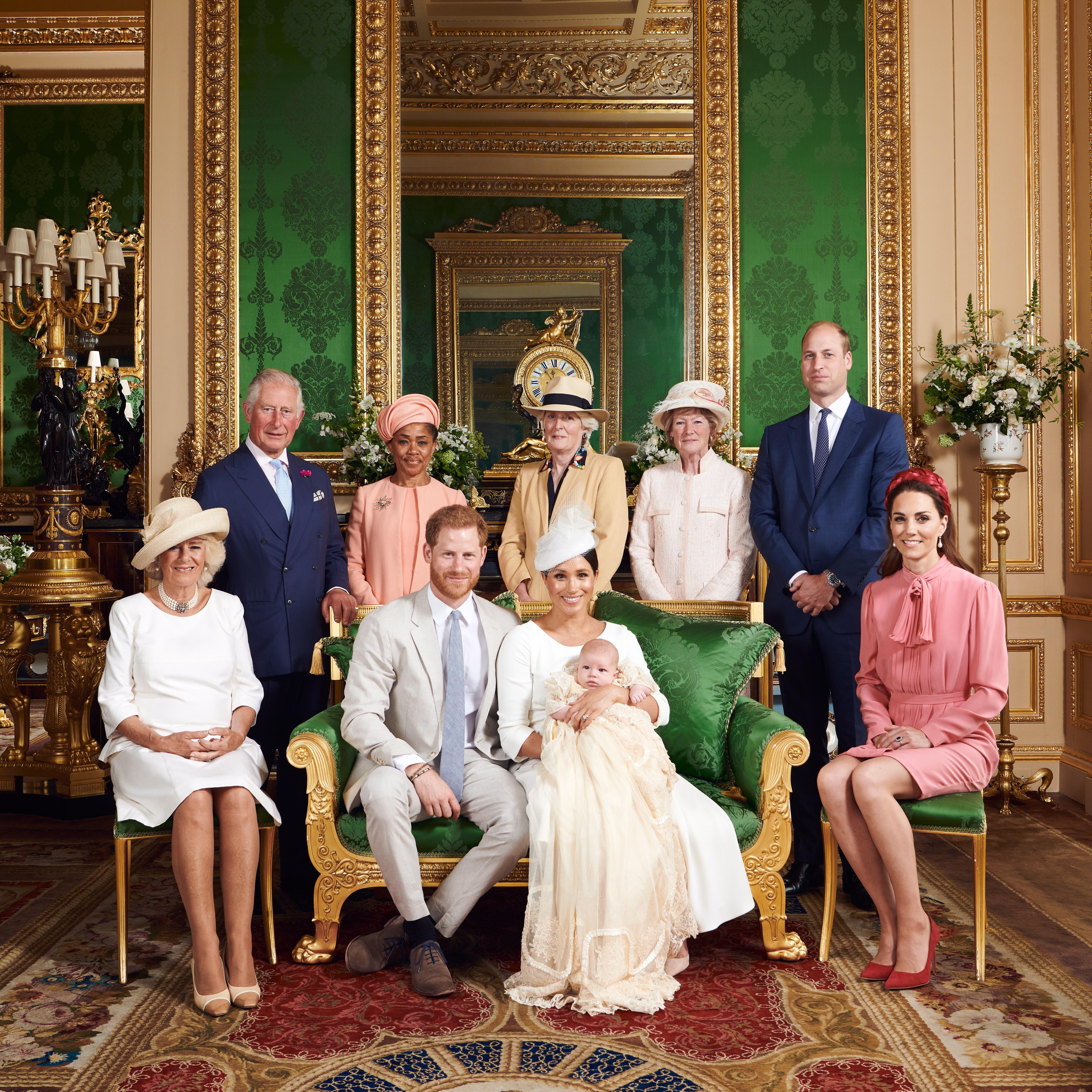 El príncipe Enrique y Meghan Markle siguen haciendo las cosas a su manera y marcando distancias con las tradiciones de la realeza británica, como demostraron de nuevo este sábado en el bautizo de su primer hijo, Archie Harrison Mountbatten-Windsor.