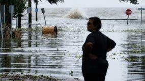 Una mujer frente a una carretera inundada cerca del lago Pontchartrain mientras se aproxima el huracán Barry en Mandeville, Louisiana. EFE