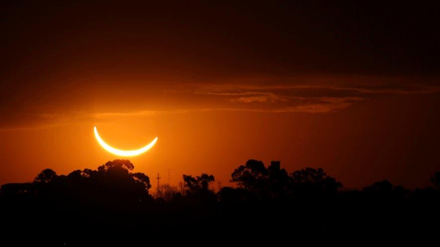 La luna pasa frente al sol durante un eclipse solar total en Buenos Aires, Argentina, este martes. AP