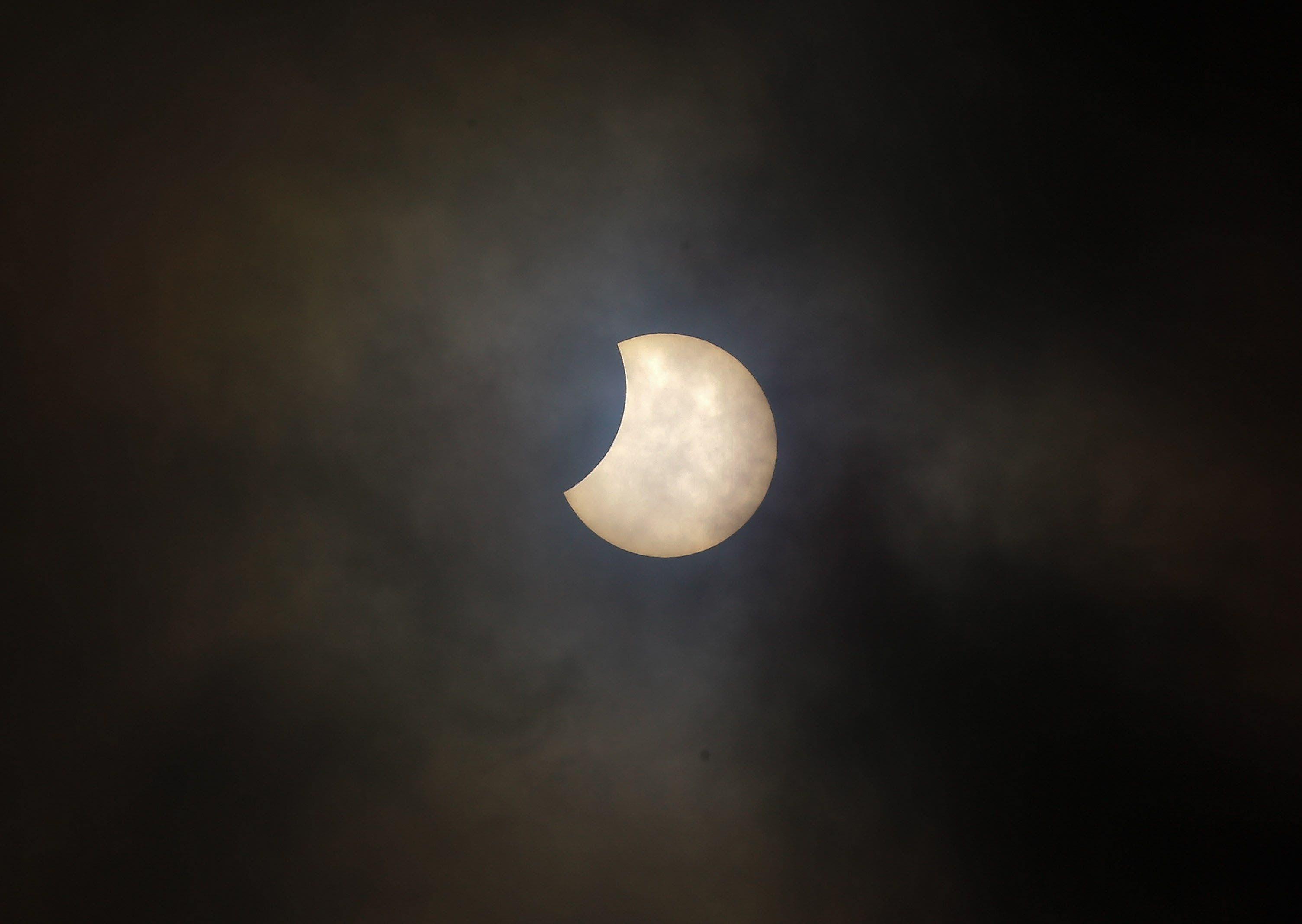3. Vista del eclipse parcial de sol este martes en Quito (Ecuador), donde hubo una alta nubosidad. EFE/José Jácome