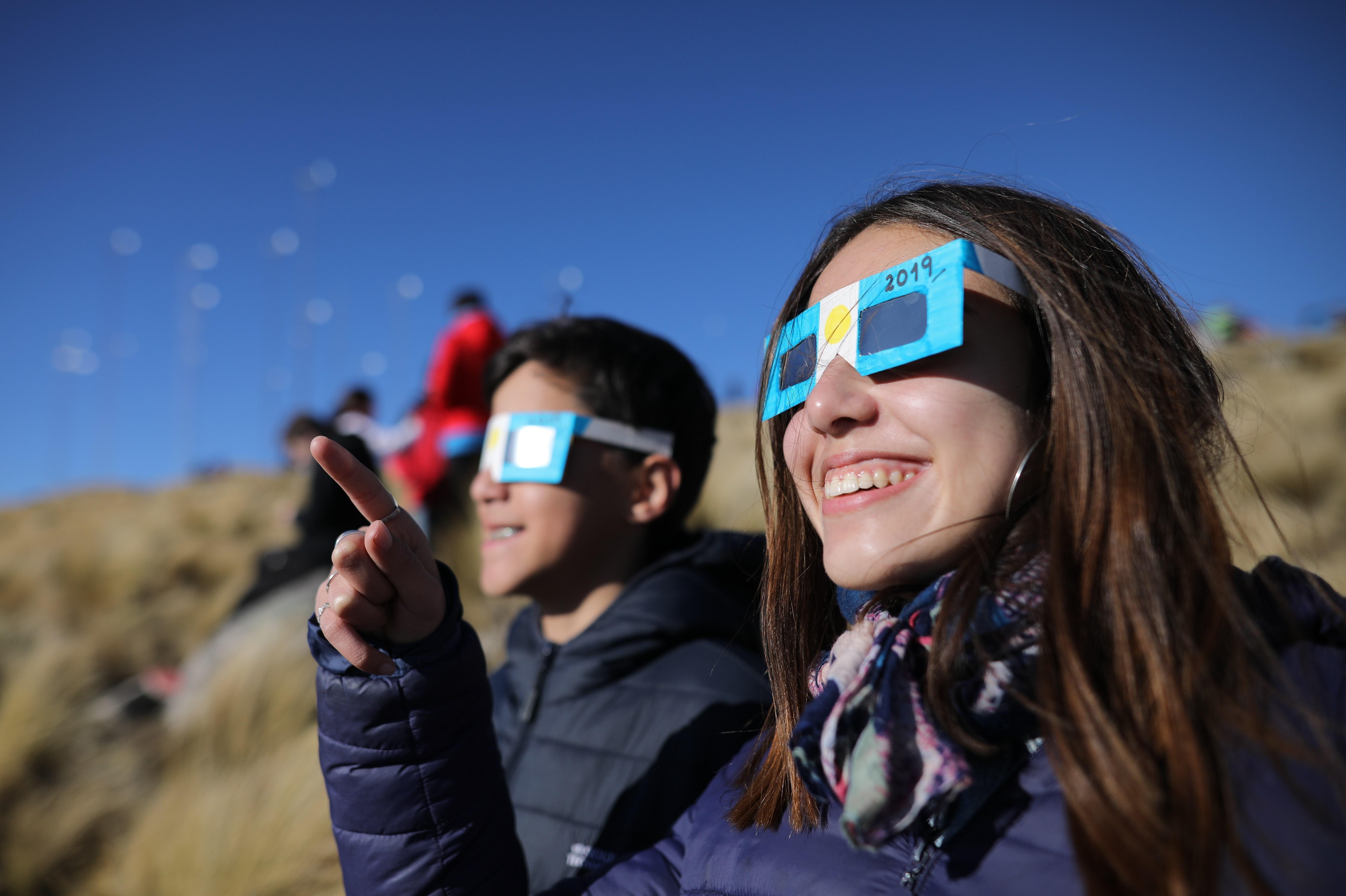 10. Dos niños con anteojos miran el sol antes del Eclipse solar total, este martes en la ciudad de Merlo, San Luis (Argentina). EFE/Nicolas Aguilera