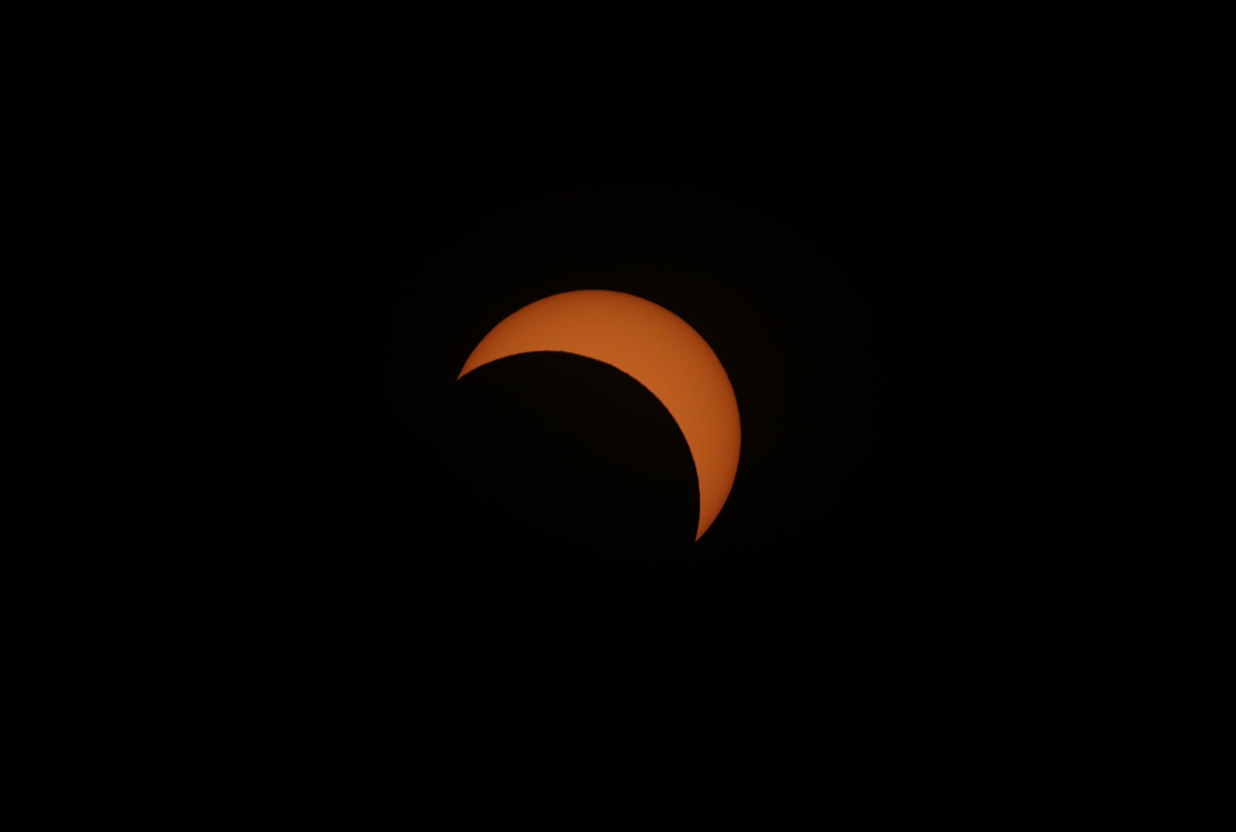 9. -La luna tapa gran parte del sol durante el eclipse solar total, este martes en la ciudad de Merlo, San Luis (Argentina). EFE/Nicolas Aguilera