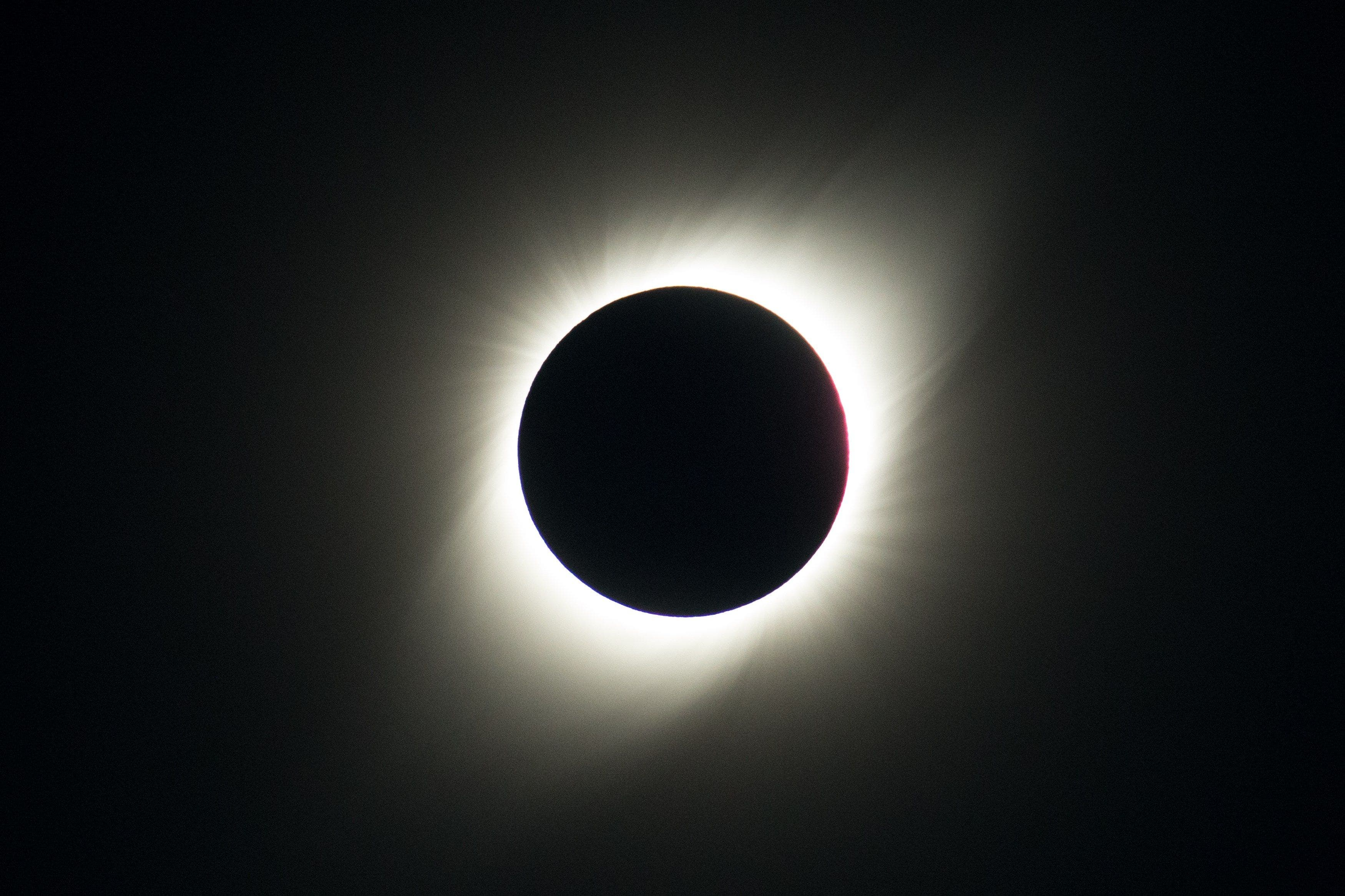 8.  El sol queda cubierto por la luna durante el eclipse solar total, este martes visto desde el Observatorio de La Silla, situado en la región de Coquimbo (Chile). EFE/Alberto Valdés