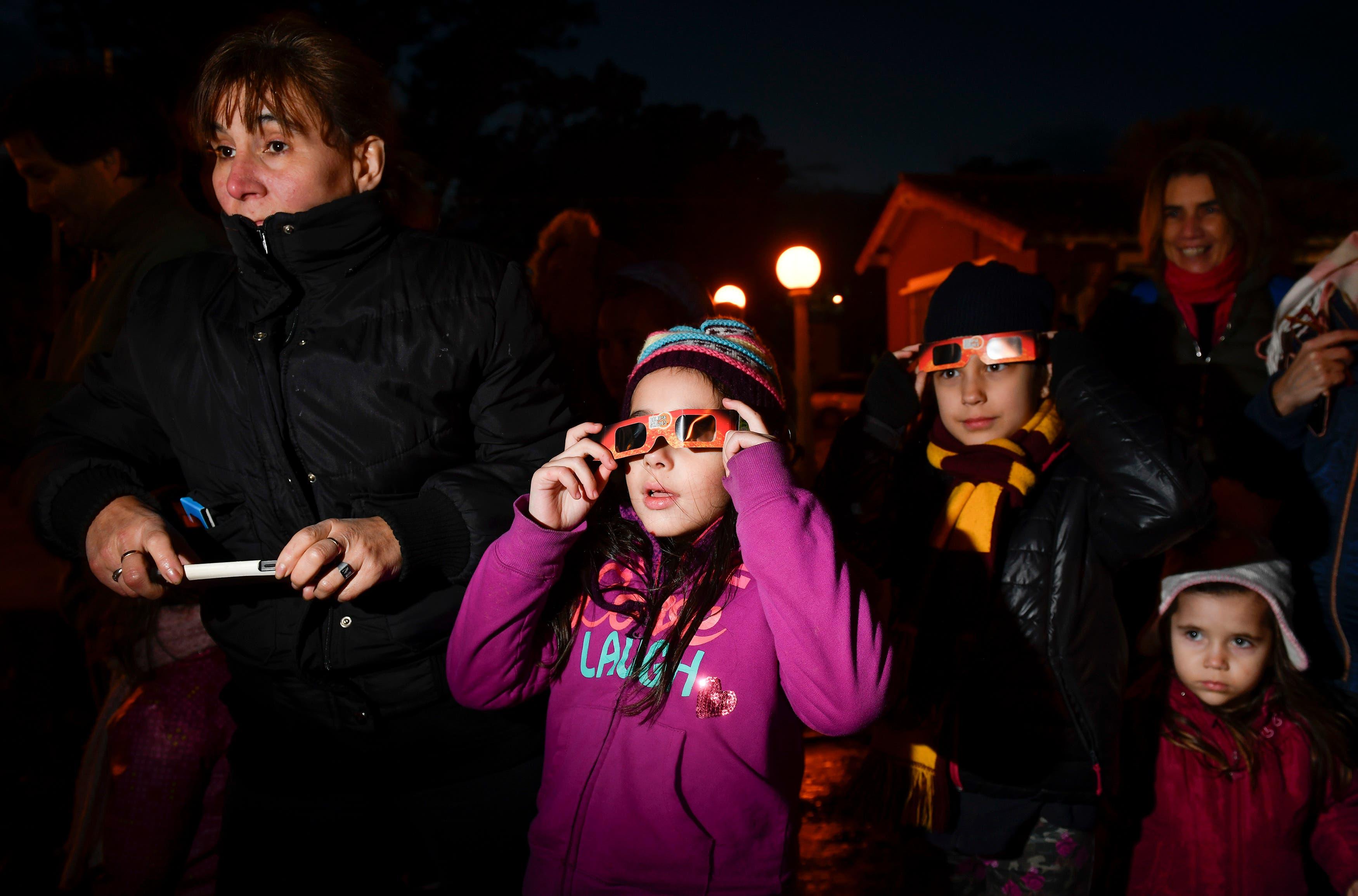 6. Personas de todoas las edades observaron el eclipse solar. AP