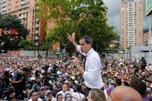 El líder opositor venezolano y autoproclamado presidente interino Juan Guaidó le habla a sus simpatizantes durante una protesta en Caracas, Venezuela, el viernes 5 de julio de 2019.  (AP Foto / Leonardo Fernández)