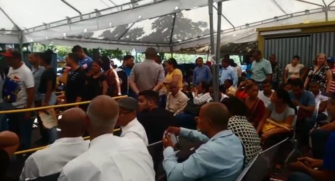 Las personas son atendidas en una carpa habilitada en el patio de la Junta en el Centro de los Héroes. Foto tomada de un vídeo.