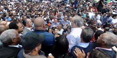 Luis Abinader habla a la multitud en la manifestación contra la reforma constitucional frente al Congreso. Foto: Anyelo Mercedes.