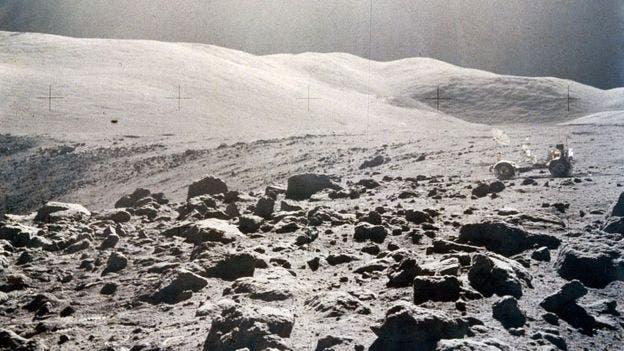 """Algunos astronautas dicen que la Luna huele a """"pólvora quemada""""."""