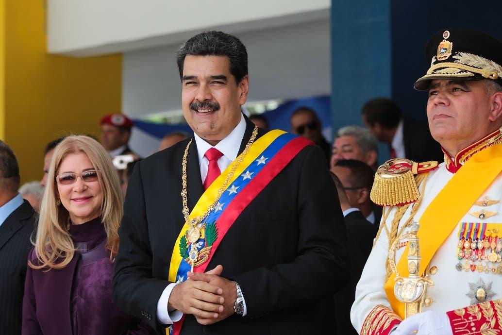 El presidente de Venezuela, Nicolás Maduro (c), y su esposa, la primera dama Cilia Flores (i), durante el desfile militar para conmemorar los 208 años del acta de independencia de Venezuela, este viernes en el Paseo de los Próceres, en Caracas (Venezuela). EFE/PRENSA MIRAFLORES/