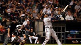 El dominicano Nelson Cruz, derecha, de los Mellizos de Minnesota, sigue el viaje de la pelota al conectar un jonrón de dos carreras en el quinto inning del partido ante los Medias Blancas de Chicago, el jueves 25 de julio de 2019, en Chicago. Fue el tercer cuadrangular de Cruz en el encuentro. (AP Foto/Jeff Haynes)