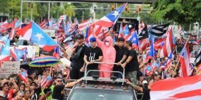 """Wisin, Residente, Bad Bunny, Nicky Jam y Julián Gil desde un vehículo, participando de la marcha """"Somos más"""".  Foto: Ramón """"Tonito"""" Zayas/elnuevodia.com"""