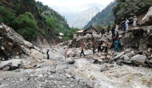 Brigadistas observan la destrucción causada las lluvias de los últimos días en  Neelum Valley, Pakistán.