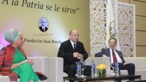 Piedad Córdoba, Matías Bosch Carcuro y Héctor Díaz Polanco, durante el panel A la Patria no se usa, se le sirve. Su significado en América Latina Hoy.