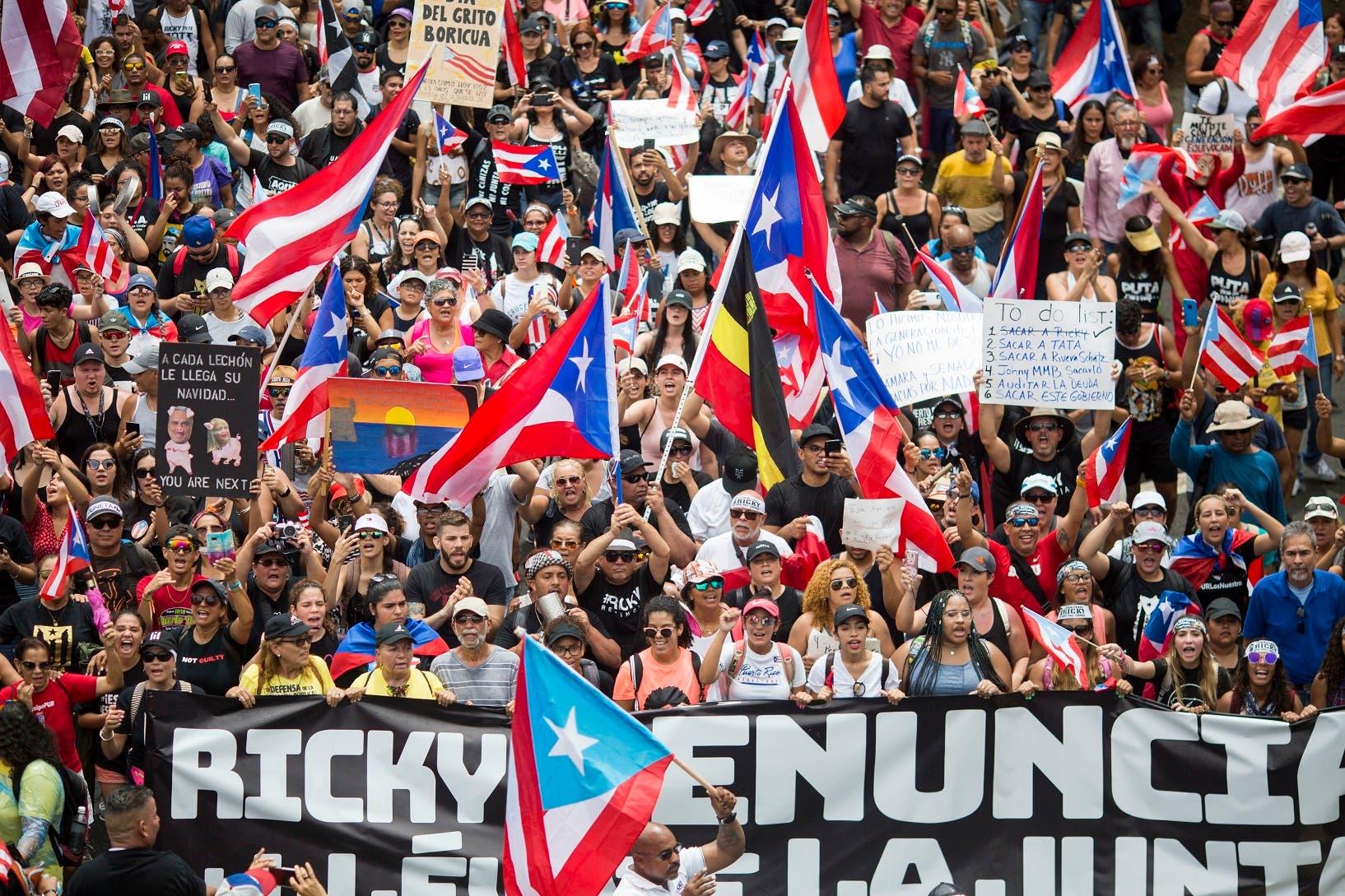 15. El pueblo celebró en las calles la renuncia del gobernador Rosselló.