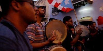 Manifestantes protestan este jueves por sexto día consecutivo delante de la sede del Gobierno, más conocida como La Fortaleza, en San Juan (Puerto Rico).