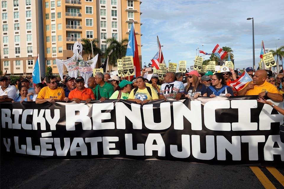 12. Manifestantes protestan pidiendo la renuncia del gobernador de Puerto Rico Ricardo Rosselló este viernes en San Juan (Puerto Rico). L