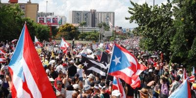 Cientos de personas participan este lunes en una marcha masiva en San Juan (Puerto Rico). Miles de puertorriqueños iniciaron este lunes la segunda marcha masiva para pedir la dimisión del gobernador de Puerto Rico, Ricardo Rosselló, y el comienzo de un juicio político en su contra, tras el escándalo desatado por su participación en un chat privado. Los asistentes piden la renuncia de Rosselló por su participación, junto a miembros de su círculo íntimo en el gobierno, en un chat en el cual se mofan y burlan de periodistas, artistas y políticos. EFE/Thais LLorca