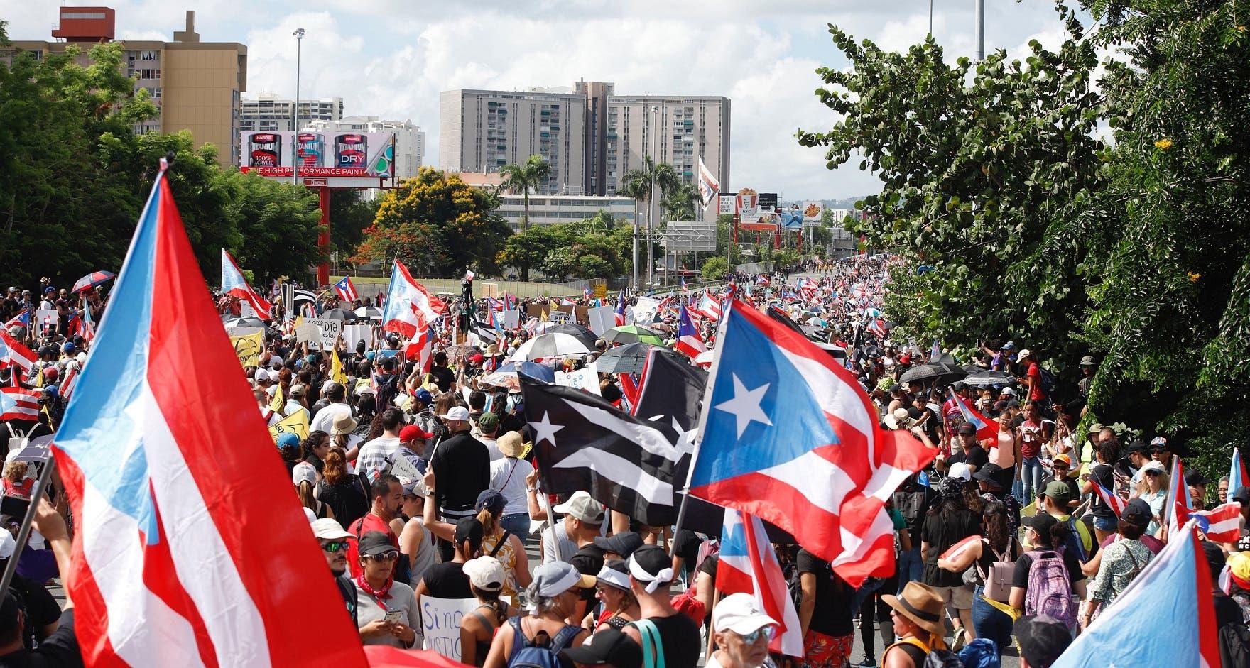 Miles de puertorriqueños iniciaron este lunes la segunda marcha masiva para pedir la dimisión del gobernador de Puerto Rico, Ricardo Rosselló. EFE/Thais LLorca