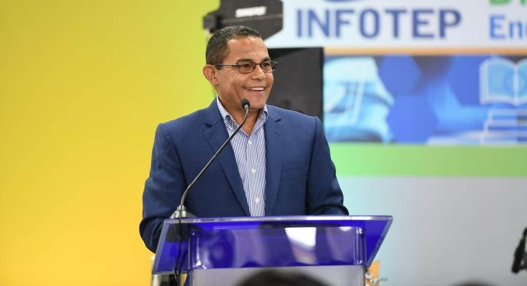 Rafael Ovalle pronuncia un discurso en la actividad.