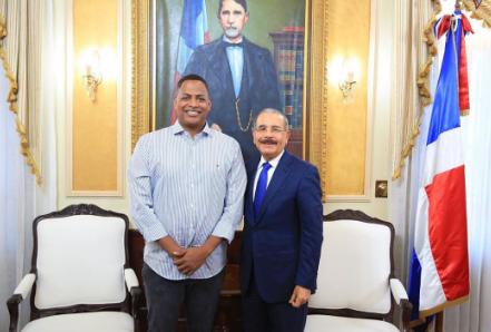 Bolívar Valera junto al presidente Danilo Medina.
