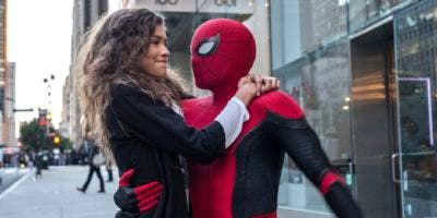 "Esta imagen publicada por Sony Pictures muestra a Zendaya y a Tom Holland en una escena de ""Spider-Man; Far From Home"". (Jay Maidment/Columbia Pictures/Sony via AP)"