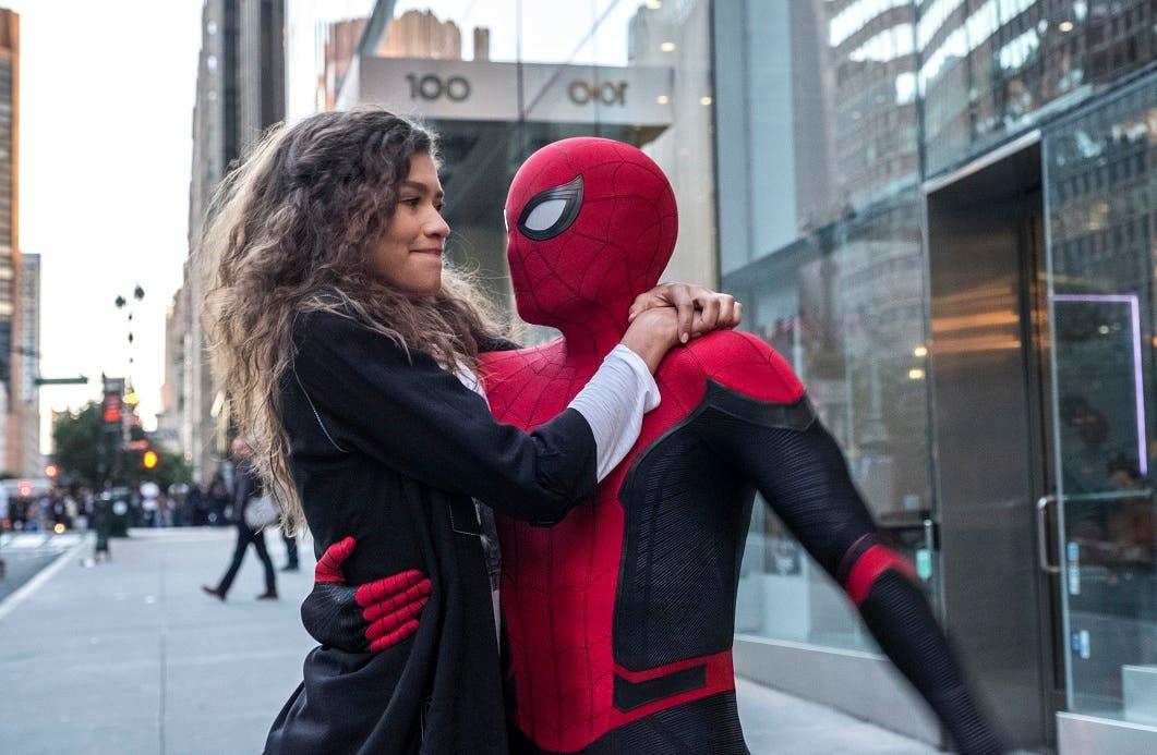 """Esta imagen publicada por Sony Pictures muestra a Zendaya y a Tom Holland en una escena de """"Spider-Man; Far From Home"""". (Jay Maidment/Columbia Pictures/Sony via AP)"""