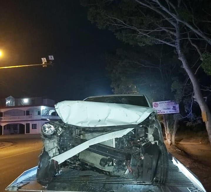 El agente policial sufrió golpes y laceraciones cuando su vehículo impactó con una vaca que se atravesó en la carretera y luego se deslizó a una cuneta chocando contra un poste del tendido eléctrico.