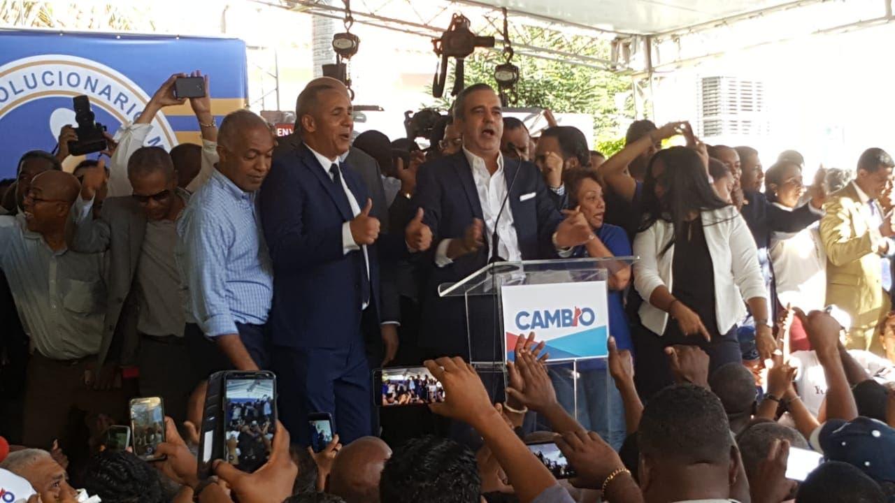 En medio de una multitud de seguidores Abinader inscribe su precandidatura a la presidencia por el PRM