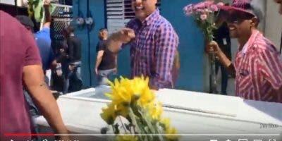 """Grupo de mocanos participan en el """"sepelio"""" de la reelección."""