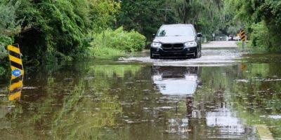 Un automóvil conduce por una carretera inundada cerca del lago Pontchartrain cuando se aproxima la tormenta tropical Barry en Mandeville, Louisiana, EE. UU., El 13 de julio de 2019. EFE