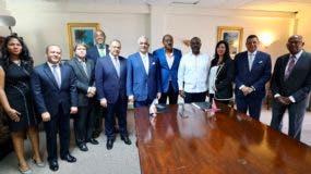Miguel Vargas, Gaston Browne y Chet Green junto a sus respectivas delegaciones, tras reunión y suscripción de acuerdos en Saint John, Antigua y Barbuda