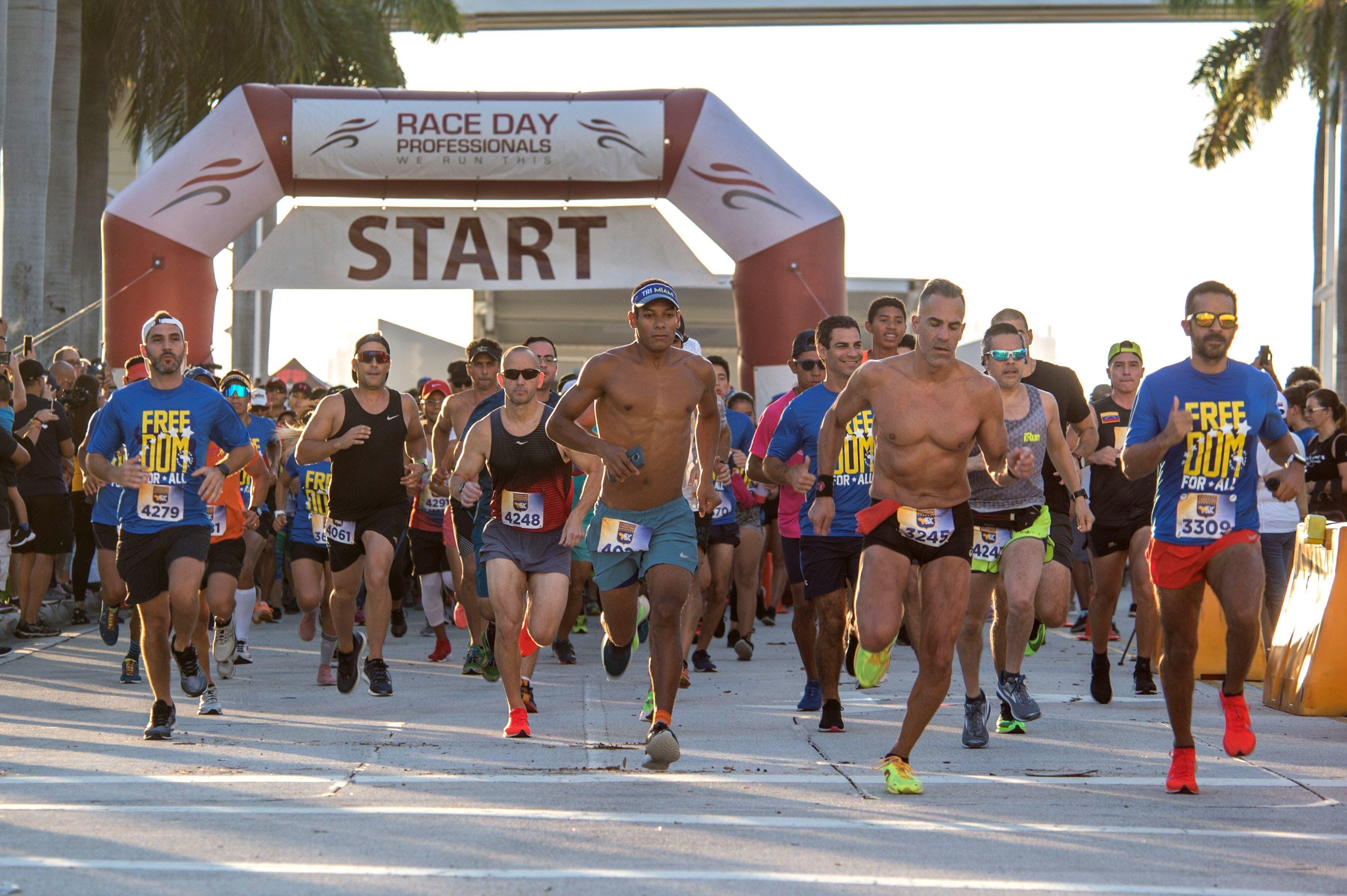 """Cientos de personas participan este domingo en la carrera """"Running for Freedom Venezuela"""" para recaudar fondos que serán destinados a ayudar a los niños del país caribeño, en Miami, Florida (Estados Unidos). EFE/ Giorgio Viera"""