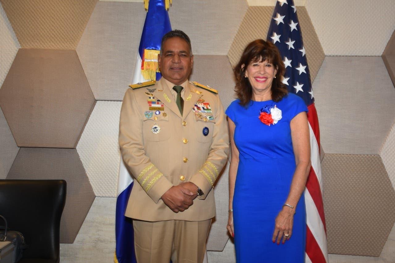 EEUU dona US$ 2 millones en equipos de comunicación a las Fuerzas Armadas y la DNCD
