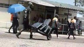 Los presos cargaban los electrodomésticos en carretillas.
