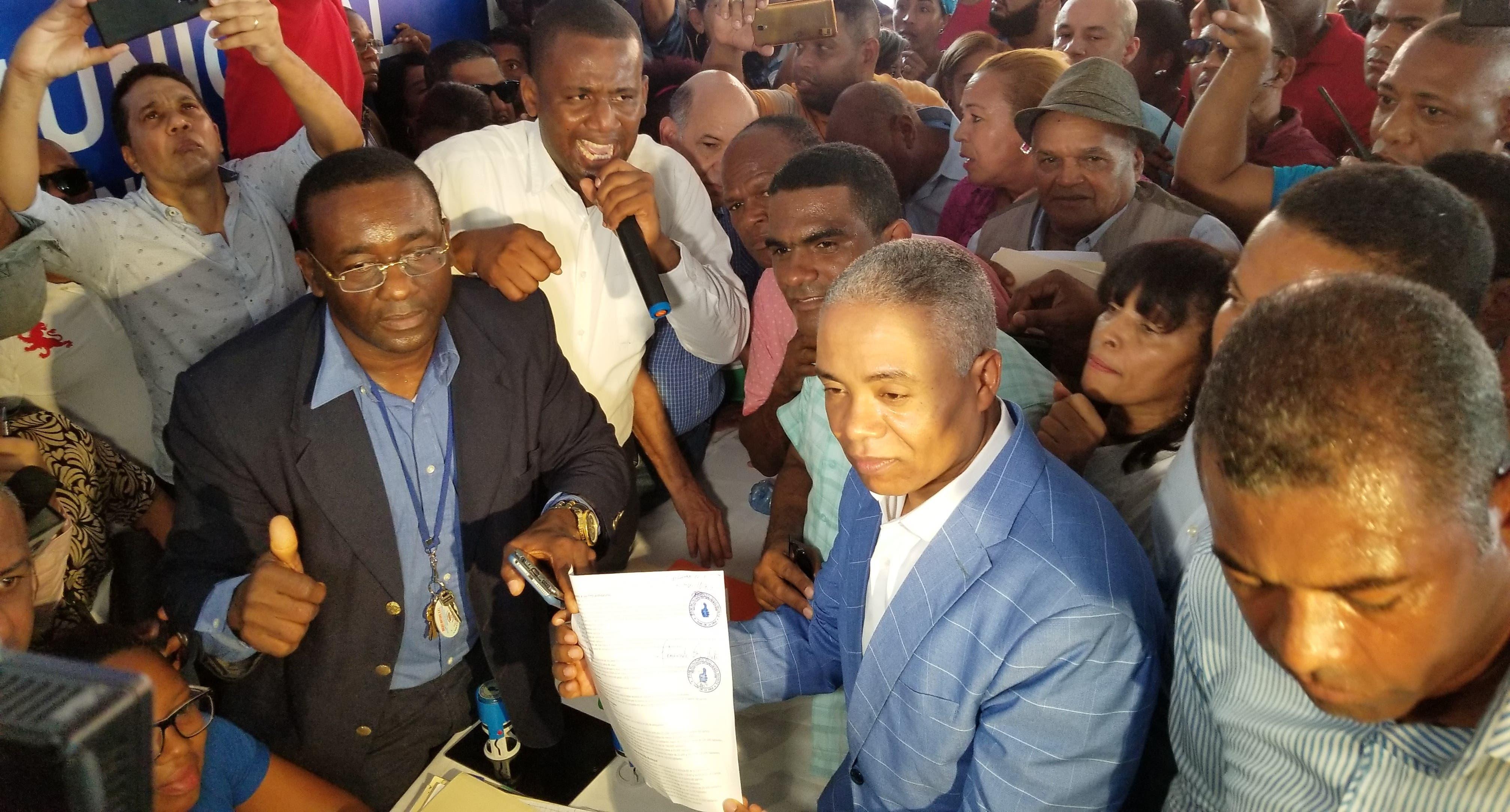 Francisco Fernández inscribe precandidatura a alcalde de Santo Domingo Norte