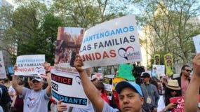 Un grupo de senadores demócratas pidió este viernes al Gobierno del presidente estadounidense, Donald Trump, que los inmigrantes detenidos, especialmente los menores de edad, sean tratados forma humanitaria y sin ser criminalizados.